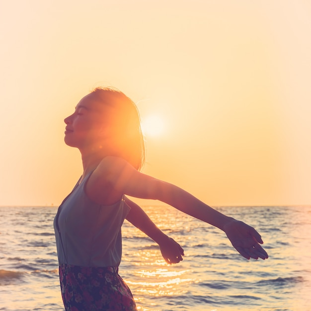 Jonge vrouw op het strand Gratis Foto