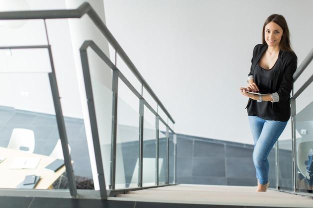 Jonge vrouw op kantoor Premium Foto
