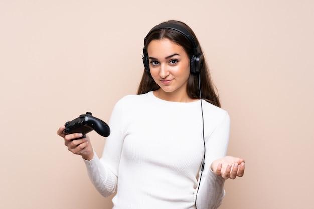 Jonge vrouw over het geïsoleerde spelen bij videospelletjes Premium Foto