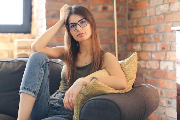 Jonge vrouw poseren in het huis Gratis Foto