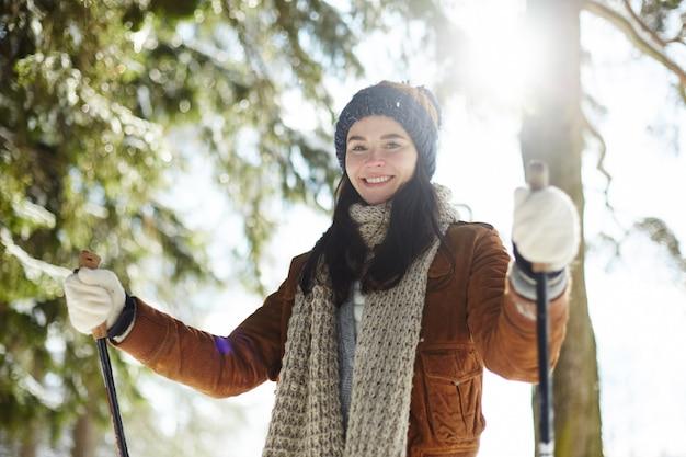 Jonge vrouw skiën in zonlicht Gratis Foto