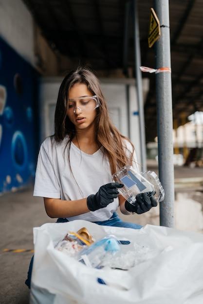 Jonge vrouw sorteren vuilnis Gratis Foto