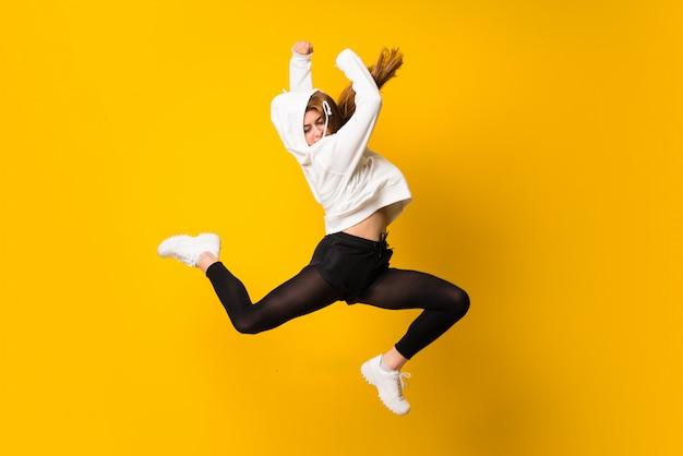Jonge vrouw springen Premium Foto