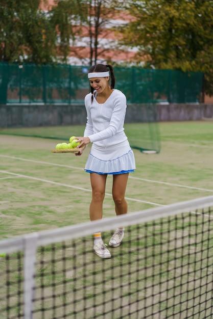Jonge vrouw tennissen Gratis Foto