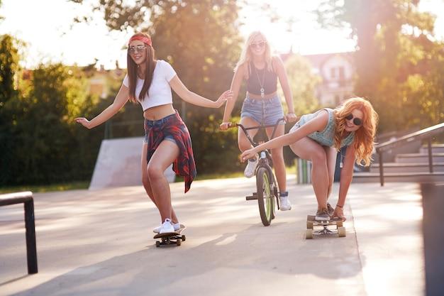 Jonge vrouw tijd samen doorbrengen in skatepark Gratis Foto