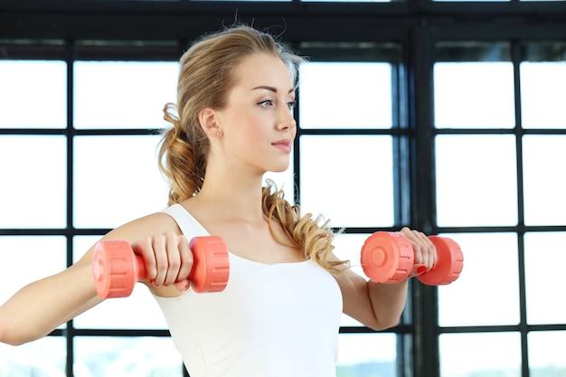 Jonge vrouw training in de sportschool Gratis Foto