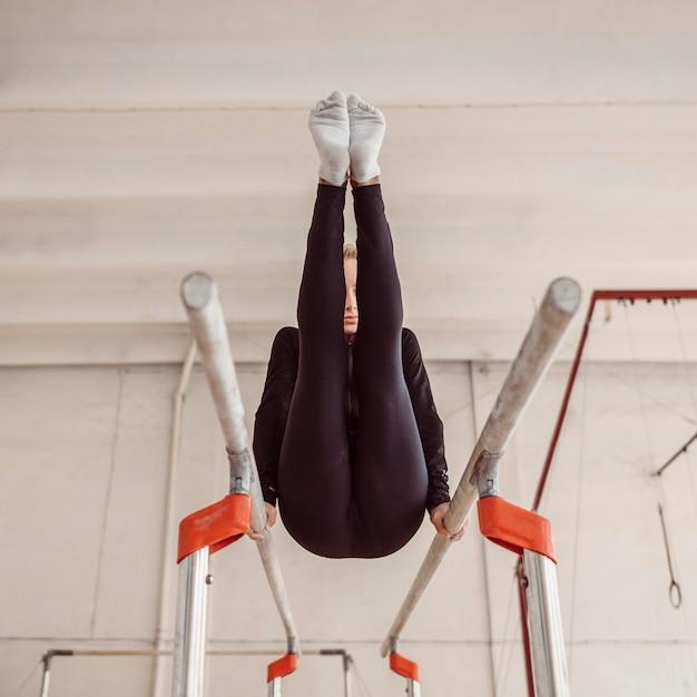 Jonge vrouw training voor gymnastiek kampioenschap Gratis Foto