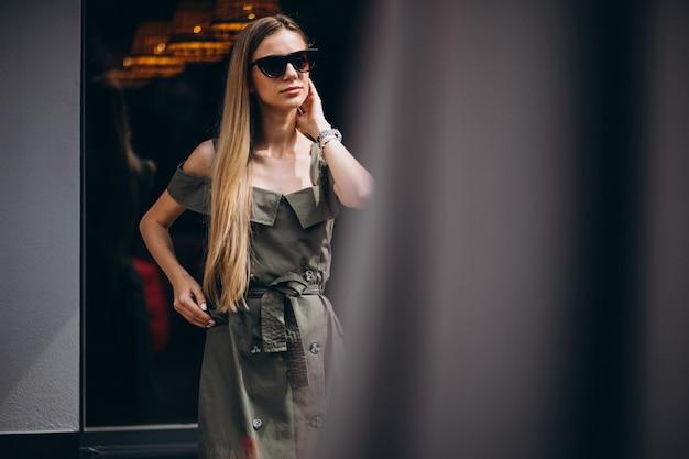 Jonge vrouw uit in de stad zomer outfit dragen Gratis Foto