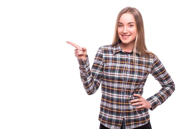 Jonge vrouw wees kant met een glimlach geïsoleerd op een witte muur Gratis Foto