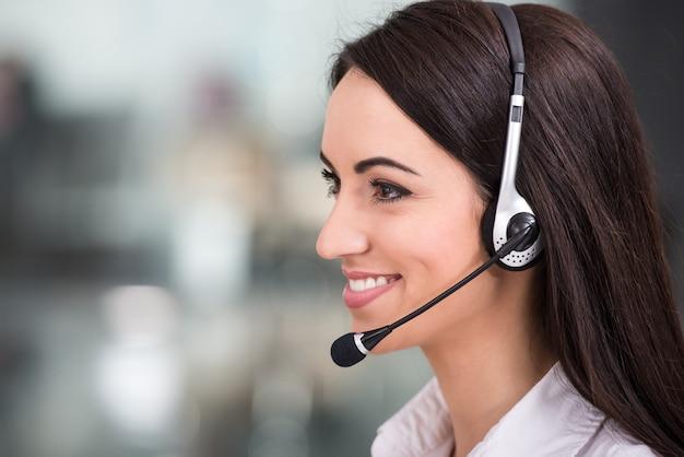 Jonge vrouw werkt in een callcenter. Premium Foto