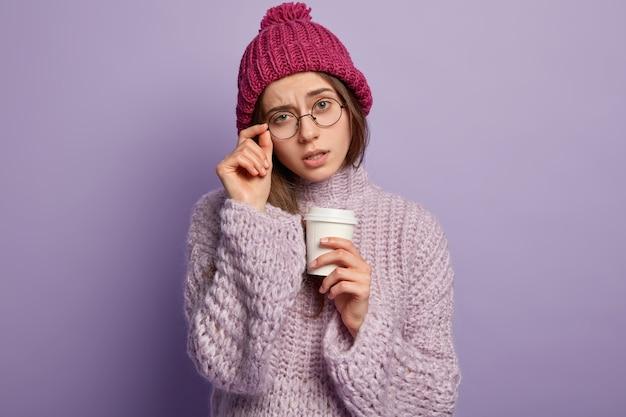 Jonge vrouw winterkleren dragen Gratis Foto