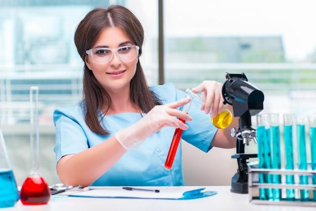 Jonge vrouwelijke arts die in het laboratorium werkt Premium Foto