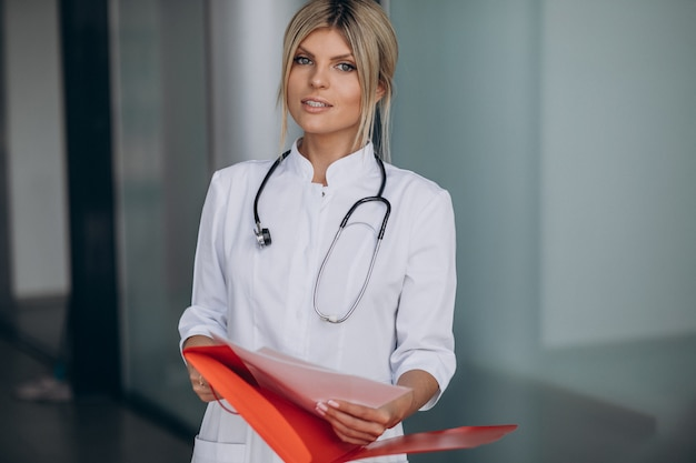 Jonge vrouwelijke arts in het ziekenhuisziekenwagen Gratis Foto
