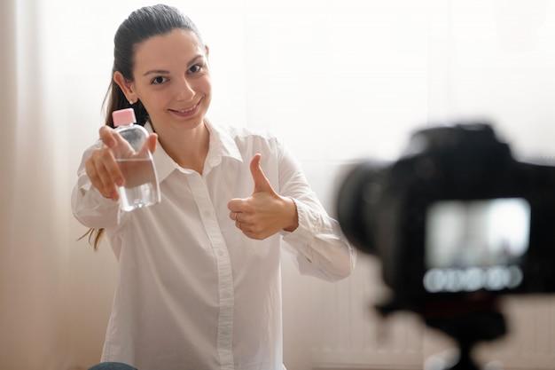 Jonge vrouwelijke blogger met camera Premium Foto