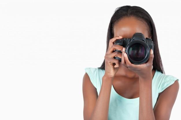 Jonge vrouwelijke fotograaf op het werk Premium Foto