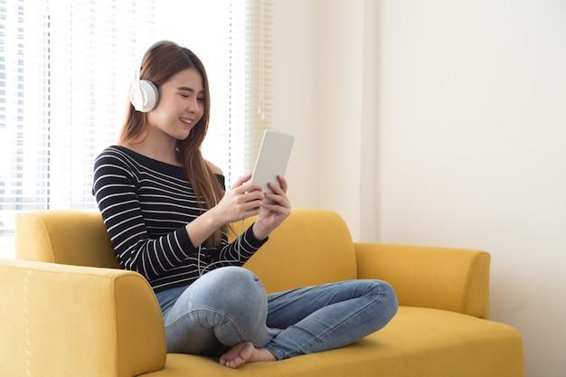 Jonge vrouwelijke student die online of het lezen van e-boek leert Premium Foto
