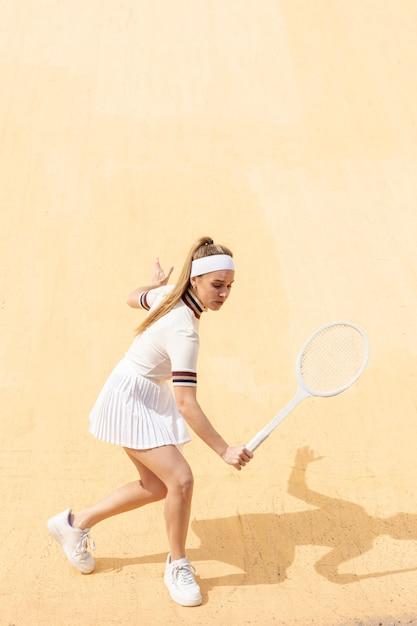 Jonge vrouwelijke tennissen op veld Gratis Foto