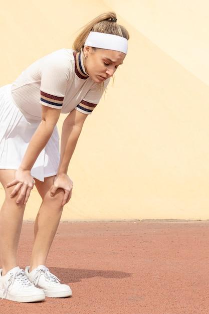 Jonge vrouwelijke tennisspeler die pauze heeft Gratis Foto