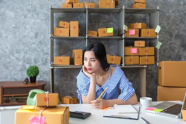 Jonge vrouwen bedrijfseigenaar, ongelukkige bundel van het werk, mislukking in zaken. Premium Foto