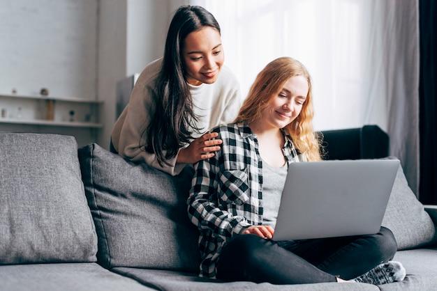 Jonge vrouwen die laptop thuis met behulp van Gratis Foto