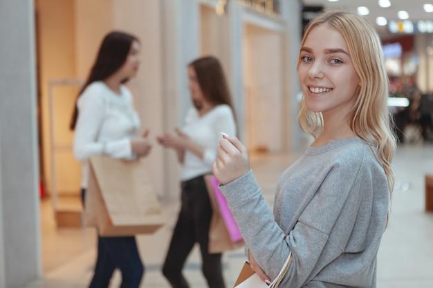 Jonge vrouwen genieten van winkelen samen in het winkelcentrum Premium Foto
