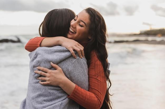 Jonge vrouwen knuffelen Gratis Foto