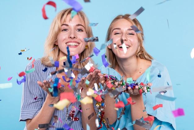 Jonge vrouwen plezier met confetti Gratis Foto