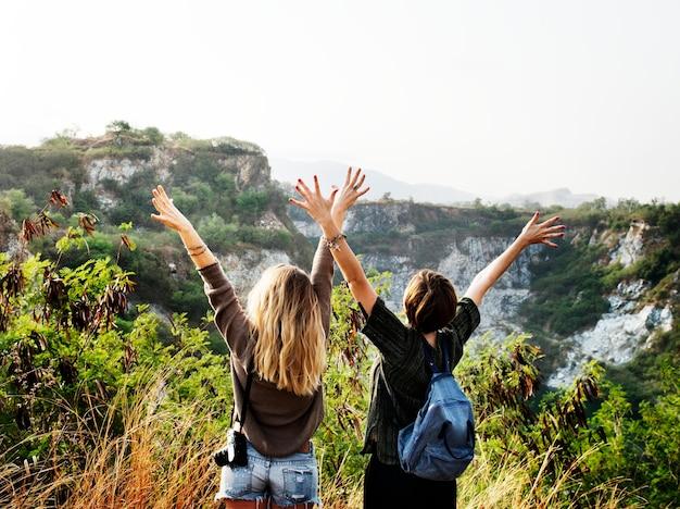 Jonge vrouwen reizen samen concept Gratis Foto