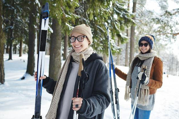 Jonge vrouwen skiën in het resort Gratis Foto