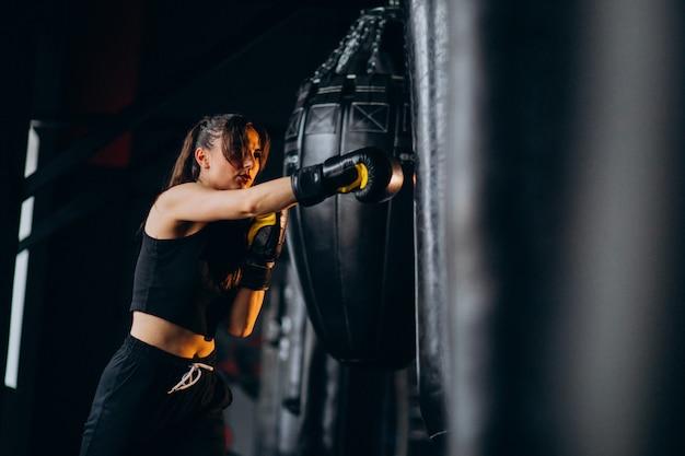 Jonge vrouwenbokser opleiding bij de gymnastiek Gratis Foto