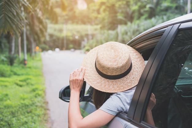 Jonge vrouwenreiziger die van roadtrip op haar de zomervakantie genieten Premium Foto