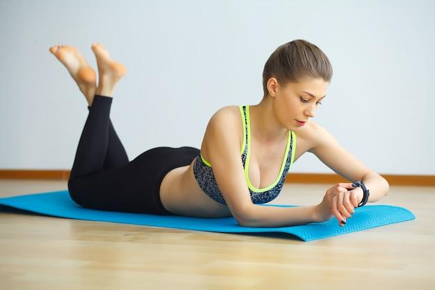 Jonge yogi aantrekkelijke vrouw het beoefenen van yoga concept, sportkleding, zwarte tank top en broek, volledige lengte dragen Premium Foto