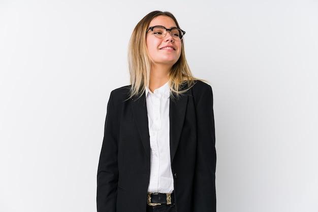 Jonge zaken blanke vrouw droomt van het bereiken van doelen en doeleinden Premium Foto