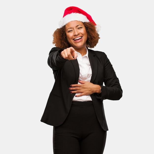 Jonge zaken zwarte vrouw draagt een kerst hoed dromen van het bereiken van doelen en doeleinden Premium Foto