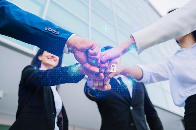 Jonge zakenlui die hun handen samenbrengen Premium Foto