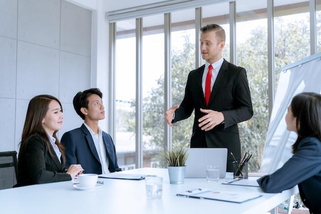 Jonge zakenlui worden marketingwerkproject gepresenteerd aan de klant in het kantoor van de vergaderzaal Premium Foto