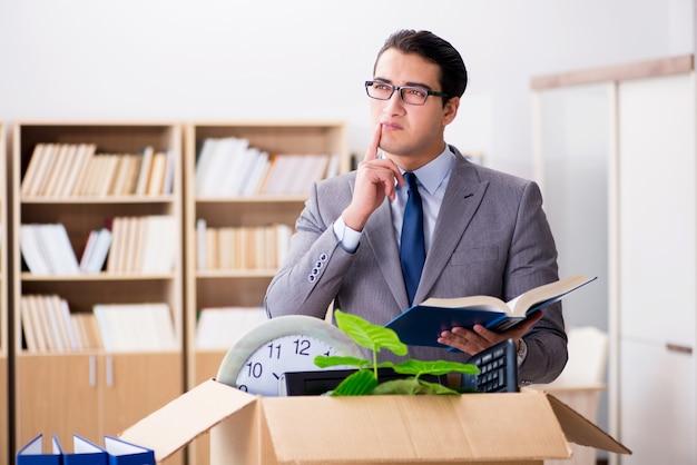 Jonge zakenman bewegende kantoren na ontslag Premium Foto