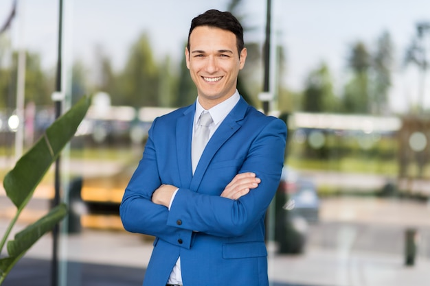 Jonge zakenman buiten Premium Foto