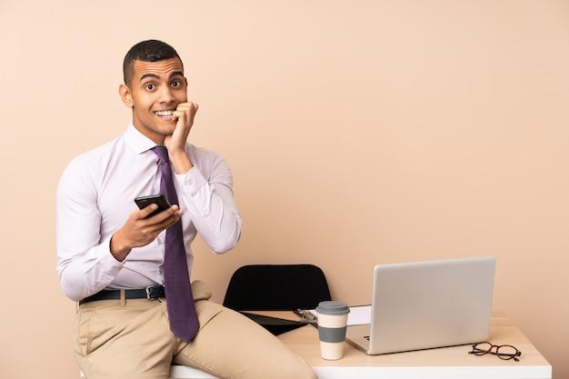 Jonge zakenman in een kantoor nerveus en bang Premium Foto