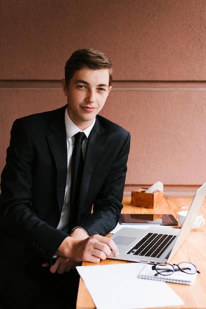 Jonge zakenman in het kantoor Gratis Foto