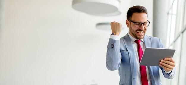 Jonge zakenman met digitale tablet in office Premium Foto