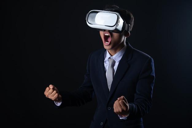 Jonge zakenman met virtual reality-bril Gratis Foto
