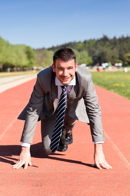 Jonge zakenman op een atletiekbaan in de zomer Premium Foto