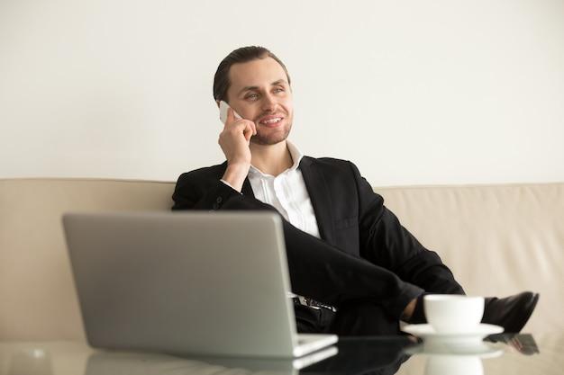 Jonge zakenman werk op afstand van hotelkamer Gratis Foto