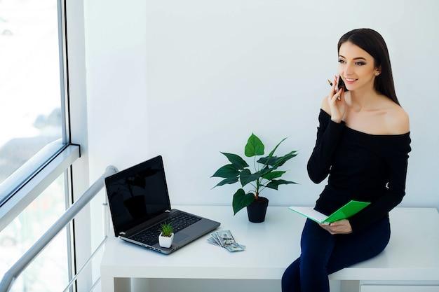 Jonge zakenvrouw houden in handen telefoon Premium Foto