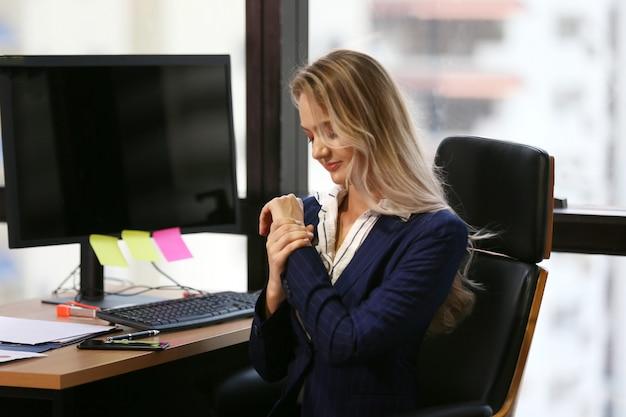 Jonge zakenvrouw op kantoor Premium Foto