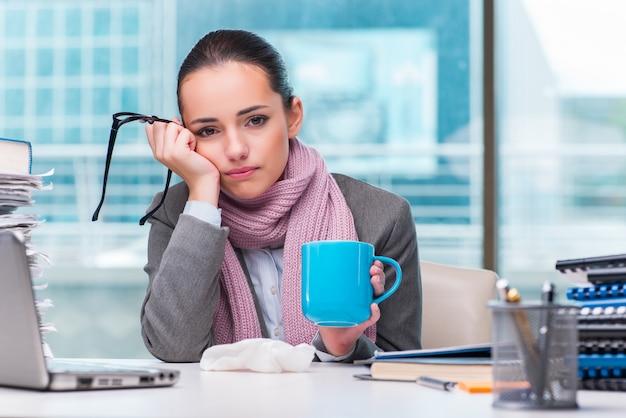 Jonge zakenvrouw ziek in het kantoor Premium Foto