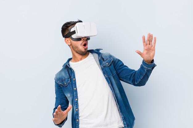 Jonge zuid-aziatische man spelen met virtual reality-bril Premium Foto