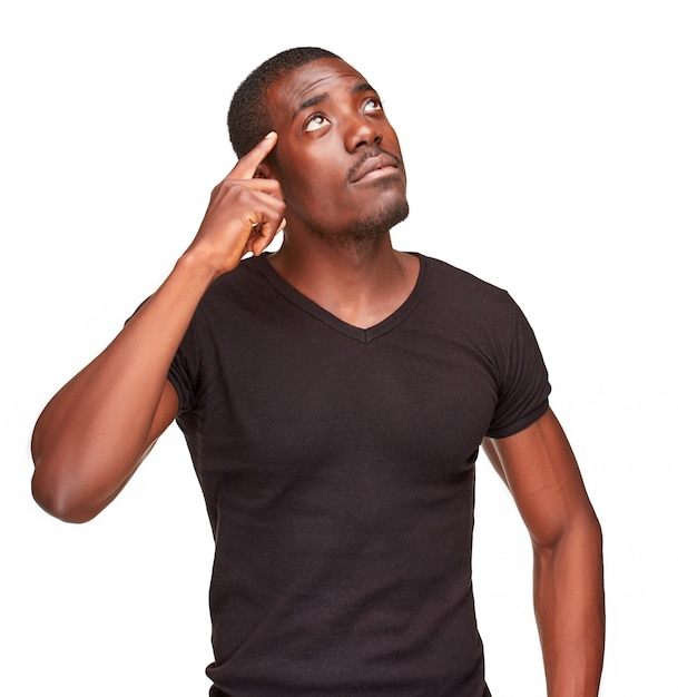 Jonge zwarte afrikaanse mens die en over iets denkt opherinneringen haalt Gratis Foto