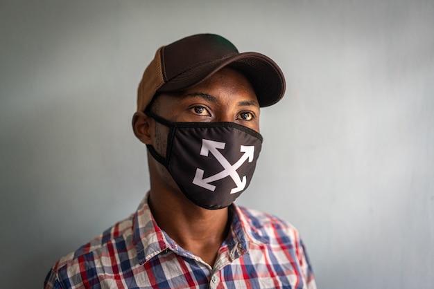 Jonge zwarte man met masker op gezicht Premium Foto